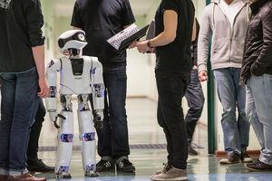 Roboter Myon mit einer Gruppe Studierender